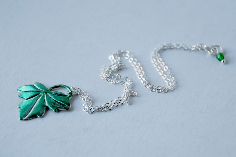 Lothlórien | Ivy Leaf Charm Necklace | Green Leaf Pendant | Lord of the Rings Necklace - Enchanted Leaves - Nature Jewelry - Unique Handmade Gifts