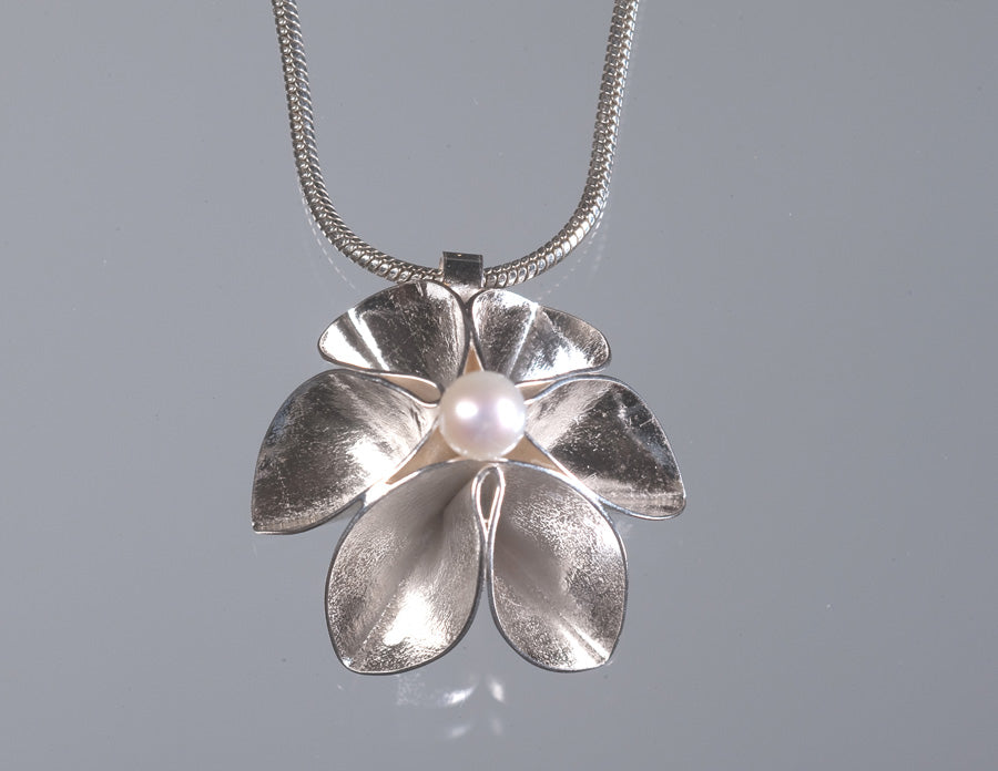 Single Flower Pendant With Pearl-Bright