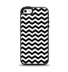 The Black & White Chevron Pattern V2 Apple iPhone 5-5s Otterbox Symmetry Case Skin Set