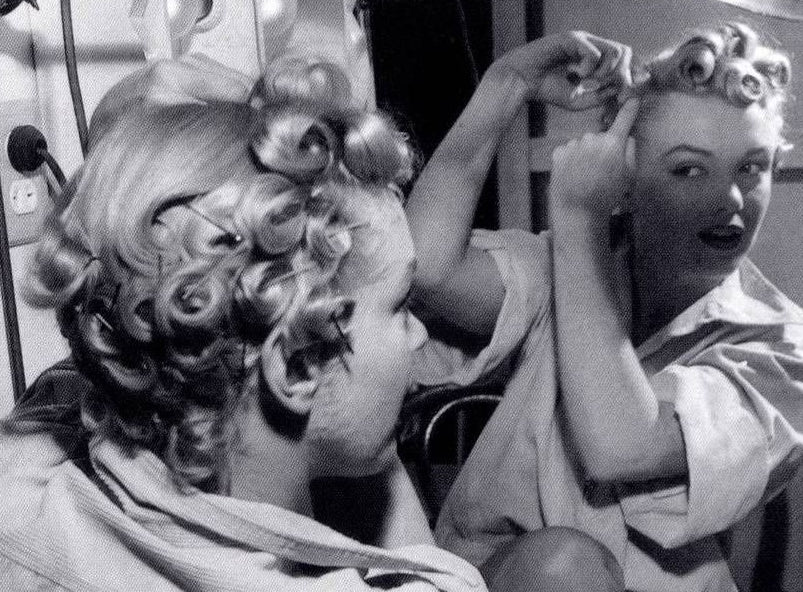 Marilyn Monroe pincurling her hair