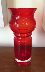 Bright Scandinavian sleek Riihimaki red/clear cased glass 'Tulppaani' (Tulip) vase 1971-1975