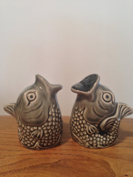 Frivolous fishy detailed ceramic 1960s salt and pepper pots - Wowie Zowie