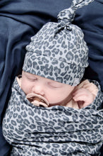 Afbeelding in Gallery-weergave laden, Newborn mutsje - top knot - Slate Grey Leopard Animal Panter