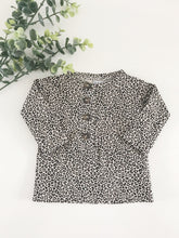 Afbeelding in Gallery-weergave laden, Newborn Tee - Sandy Leopard