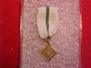 "DEN LEADER'S/ DEN MOTHER'S TRAINING AWARD MEDAL, MARKED ""1/20 10K"", ROBBINS COMPANY, 1969-88"