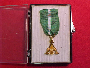 SCOUTER'S TRAINING AWARD MEDAL, GREEN/WHITE RIBBON, MARKED 1/20 10K, ROBBINS COMPANY, A DESIGN,ORIGINAL BOX