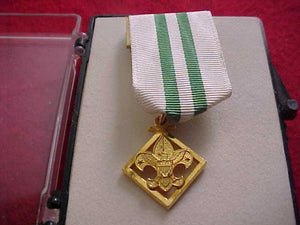 "DEN LEADER'S COACH TRAINING AWARD MEDAL, MARKED ""CREST CRAFT 1/20 ON BACK, 1969-88, MINT COND."