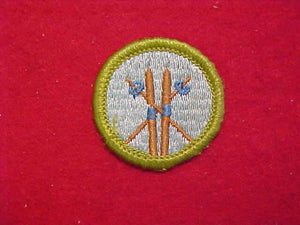 SKIING (BROWN SKIS), MERIT BADGE WITH CLOTH BACK, GREEN BORDER, 1960-72