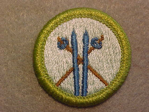 SKIING, BLUE SKIS 1980-99, MERIT BADGE WITH CLEAR PLASTIC BACK, GREEN BORDER, NO IMPRINTS/LOGOS IN PLASTIC