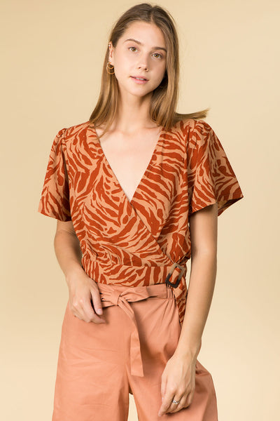 SHORT SLEEVE V-NECK TORT BUCKLE TOP