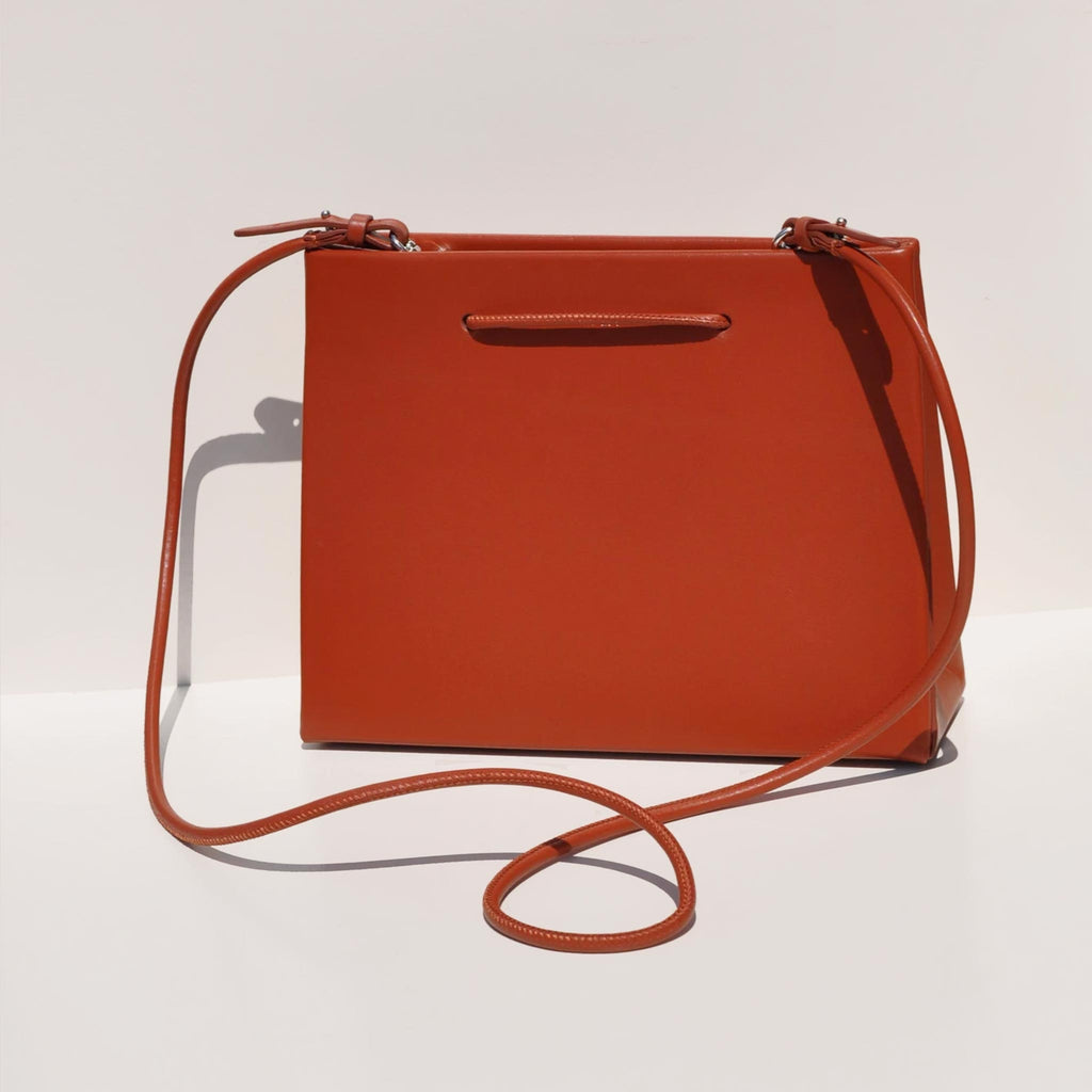 Medea - Prima Hanna Bag in cherry color, photo showing the long straps.