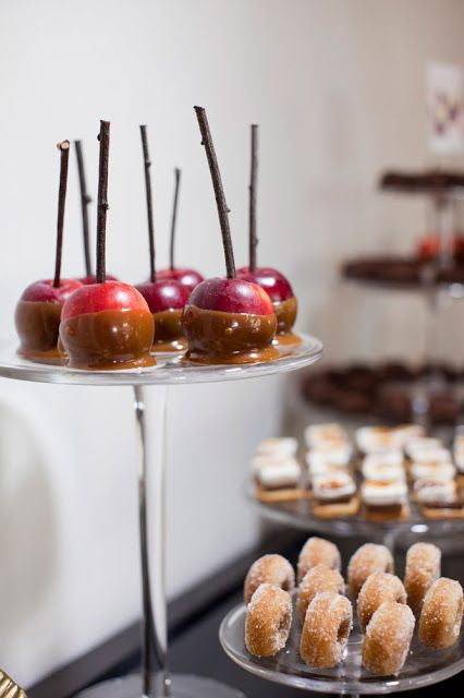 Petite Candy Apples and Apple Cider Donuts for Autumn Weddings