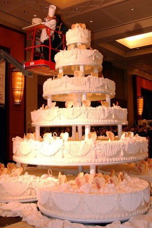 worlds largest wedding cake guinness world records world s largest wedding cake 27634