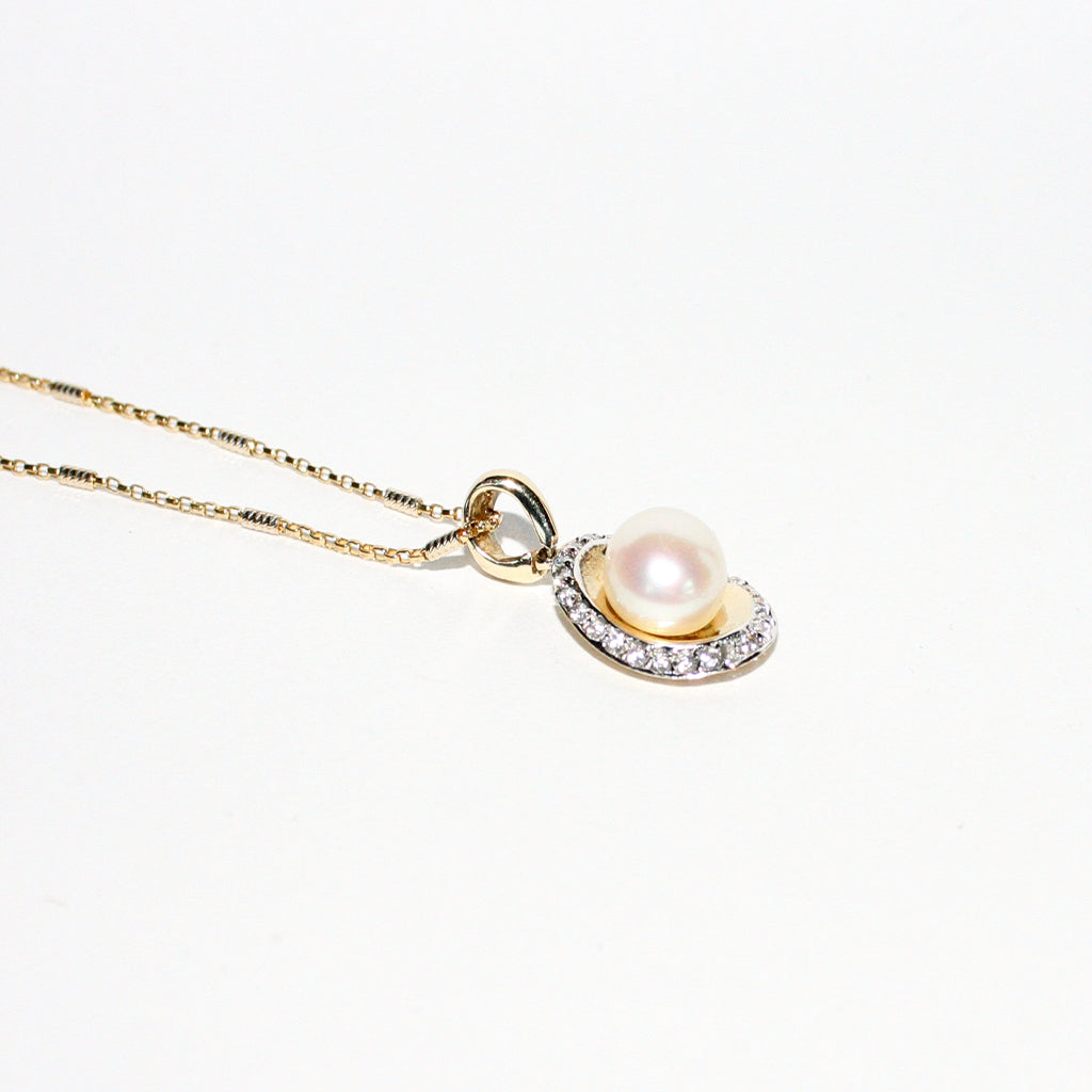 PEARL ON A SHELL PENDANT CHAIN