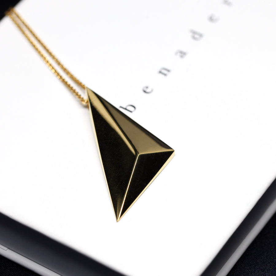 Side view of vermeil gold pendant bena jewelry montreal sharp edgy pendant jewelry collection bena jewelry fine custom jewelry designer montreal made in canada unisexe bold minimalist luxury jewelry