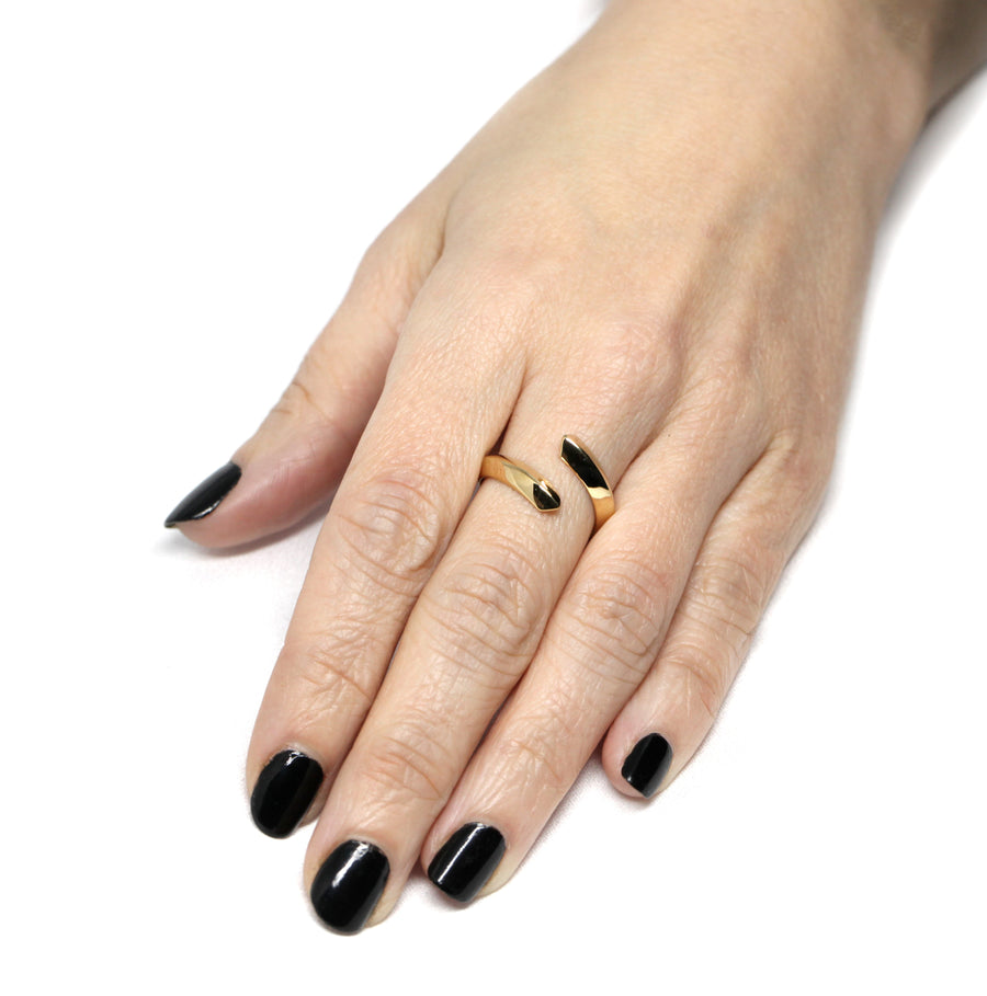 girl wearing a yellow gold silver plated spin collection minimalist ring bena jewelry montreal designer bague en or jaune fait au canada