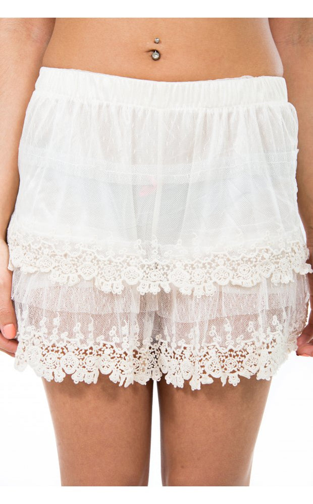 Collette Vintage Style Crochet Shorts In Cream