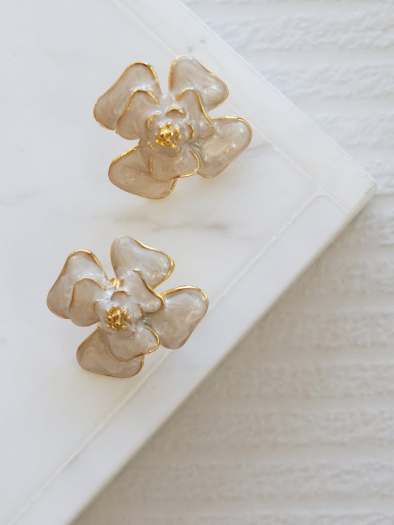 Heyjow x Estee Lauder - Dahlia Earrings in Pearly White