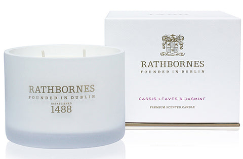 White luxurious scented candle made of cassis leaves & jasmine in glass jar