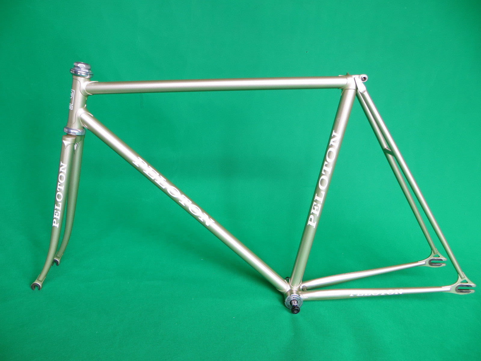 Peloton // Goldish-Silver // Sloping // 53cm