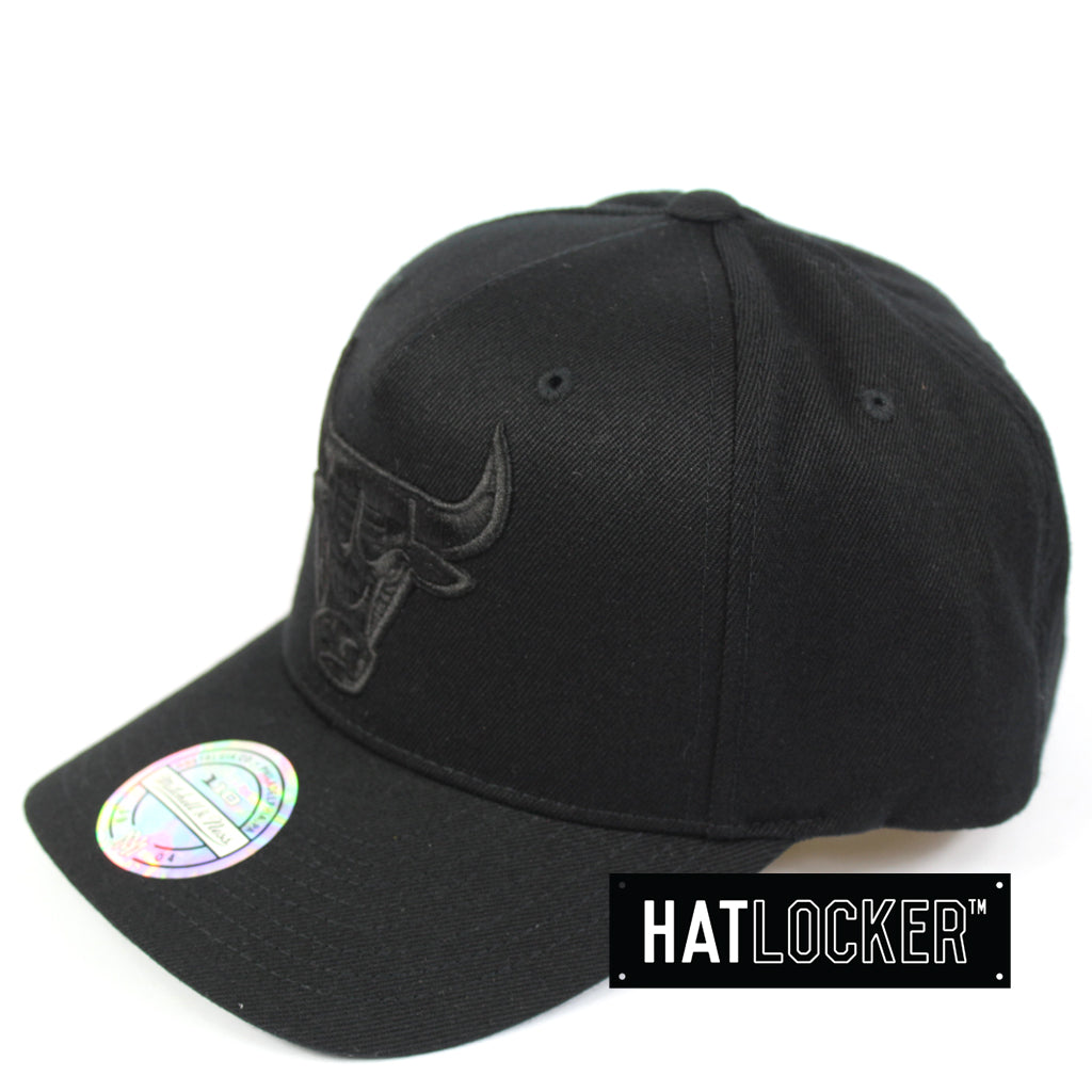 finest selection 199bb 850c3 Mitchell   Ness Chicago Bulls All Black Logo Curved Snapback