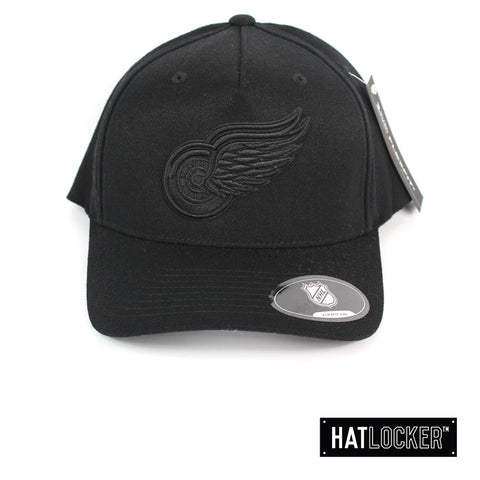 Mitchell & Ness Detroit Red Wings Black On Black Crest 110 Curved Snapback