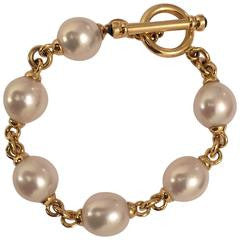 18kt Yellow Gold and Pearl Bracelet with Sapphire Toggle