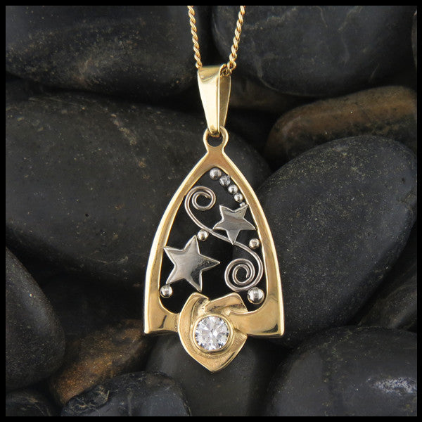 Gold star pendant with Diamond