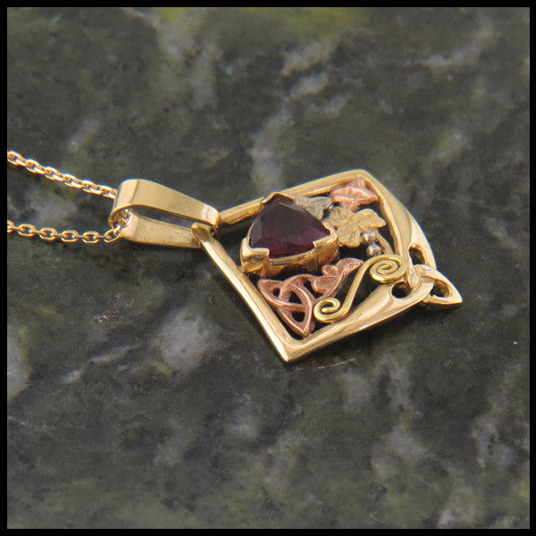 Garnet pendant in Gold