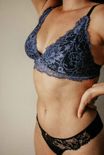 Lade das Bild in den Galerie-Viewer, Bralette Cleo in midnight blue & black