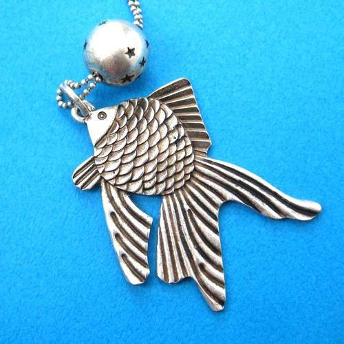 goldfish-fish-sea-animal-pendant-with-round-charm-necklace-in-silver