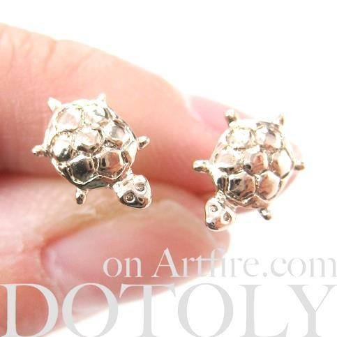 small-turtle-tortoise-sea-animal-stud-earrings-in-light-gold