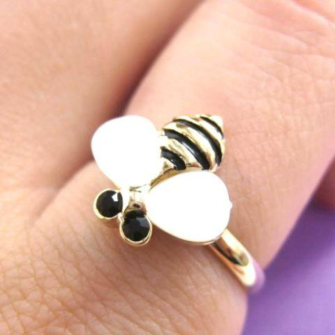 adjustable-bumble-bee-animal-ring-in-gold-with-pearl-like-wings