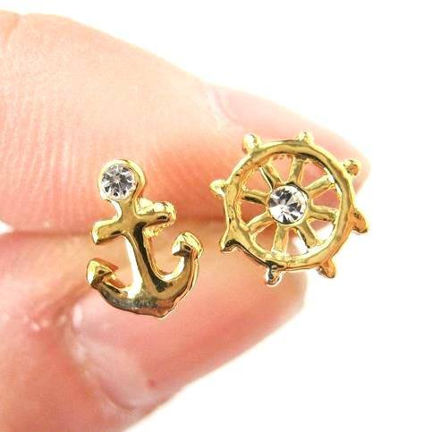 small-anchor-and-wheel-nautical-stud-earrings-in-gold