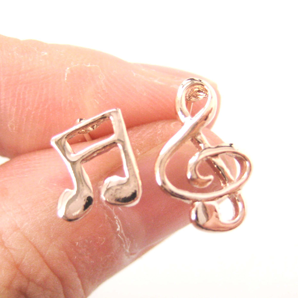simple-musical-note-shaped-stud-earrings-in-rose-gold