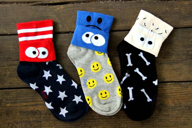 smiley-face-googly-eye-flip-short-cotton-socks-for-women-in-grey-dotoly