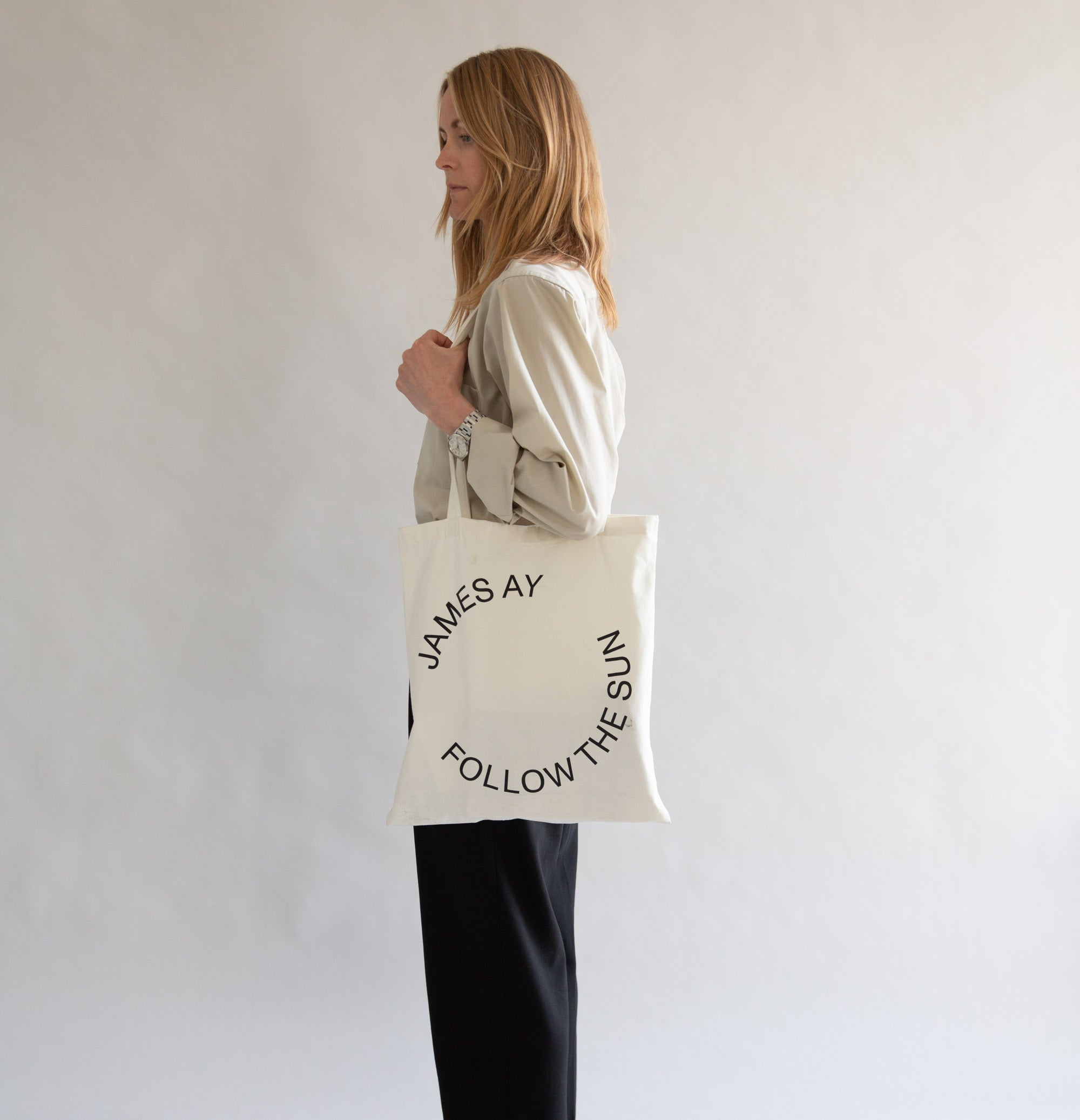 Organic tote bag - Off white - James Ay - Model