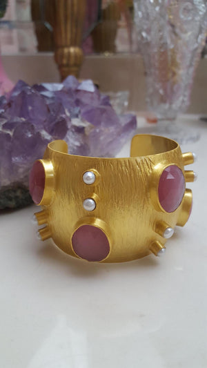 GOLD CUFF IN PINK MOONSTONE AND PEARLS