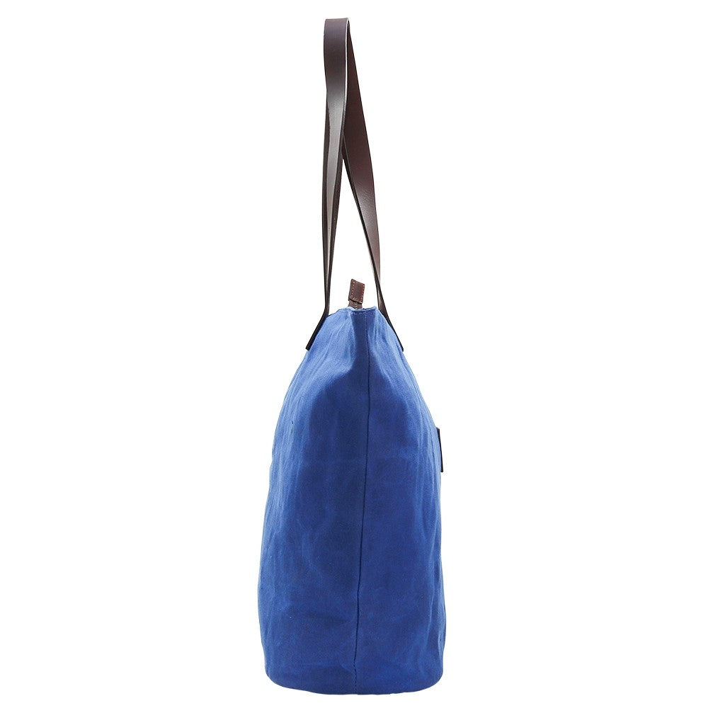 This bright canvas tote bag is a colour pop of blue. Need the perfect travel accessory? Shop at Eclectic Hound for high-quality, gorgeous travel luggage. Click to shop.