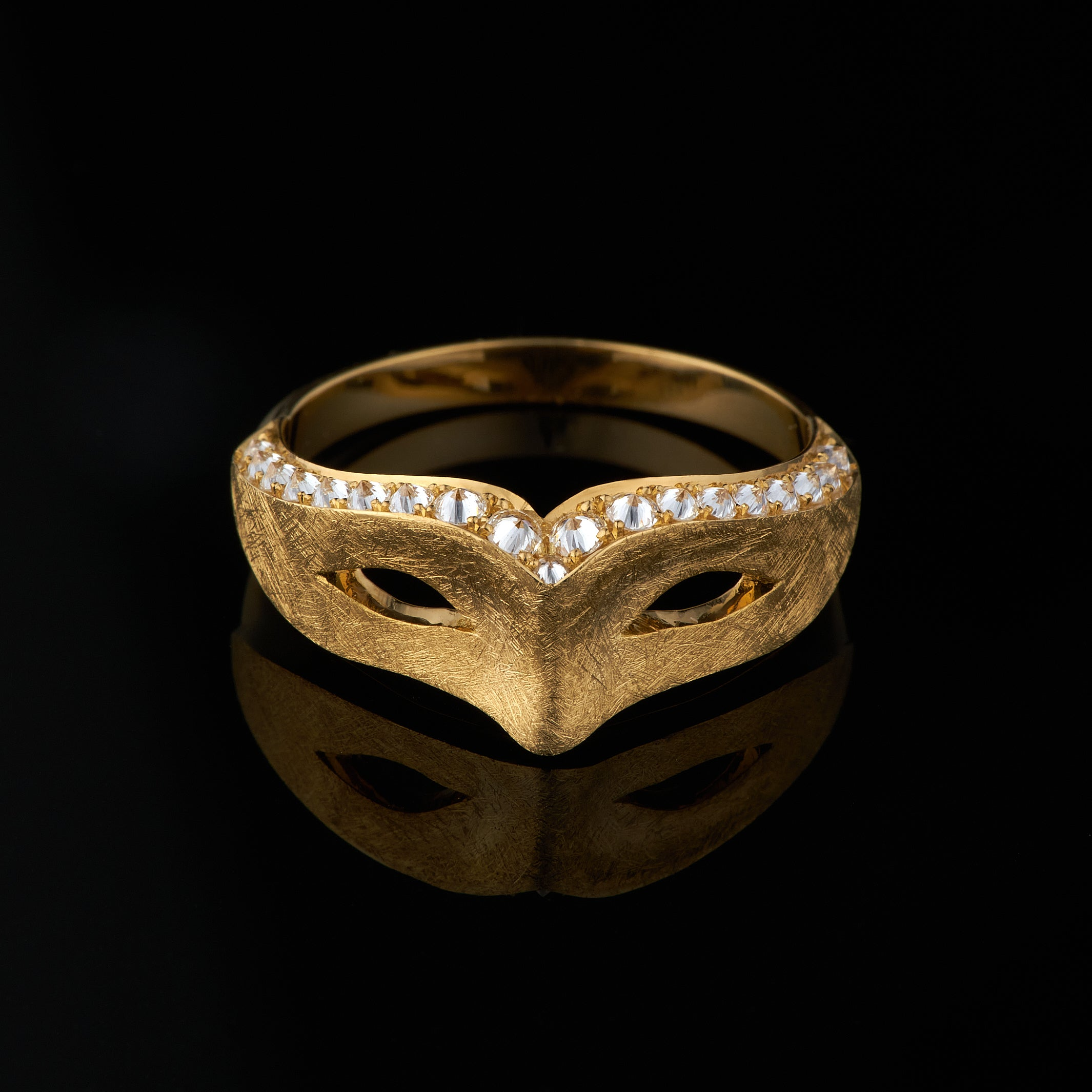 mask ring in gold with diamonds