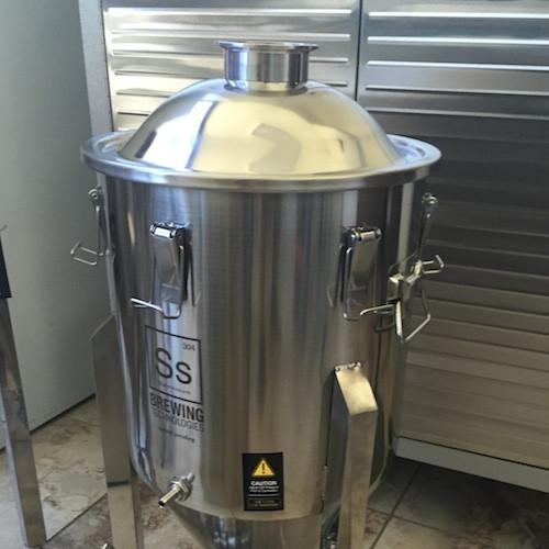 Chronical and Brew Bucket Domed Lid with 3 in. TC - 7 gal.