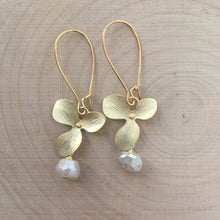 Load image into Gallery viewer, Dana Herbert - Gold Plate Flower Earring
