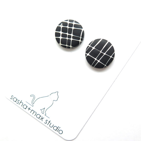 Stud earring handmade black and white fine pattern