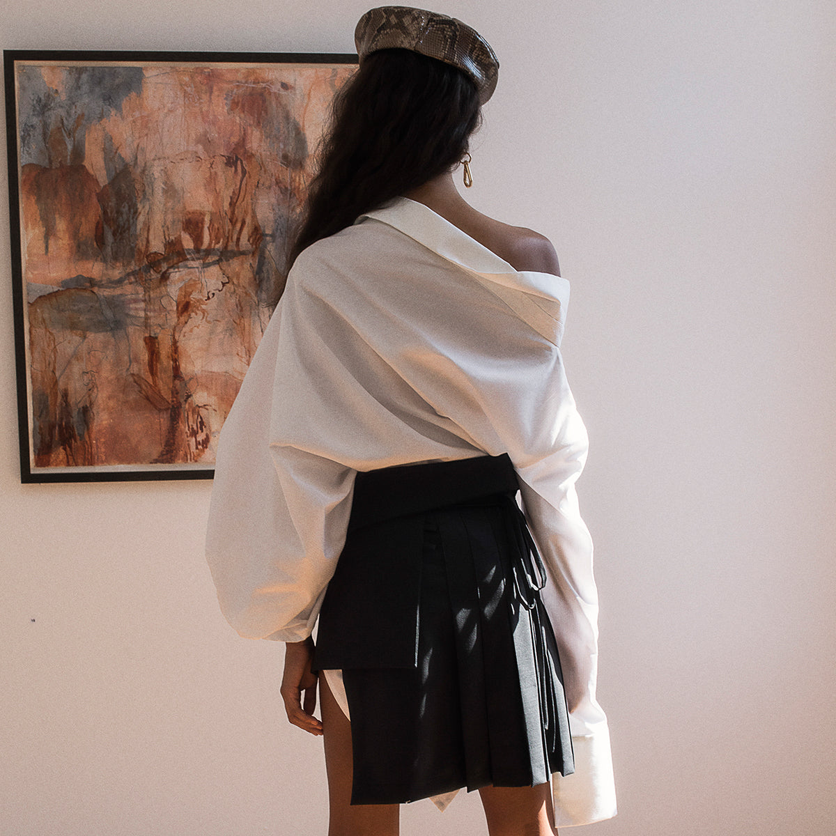 <b>N°4</b> <p><b>white asymmetric two-way long shirt</b> <p>