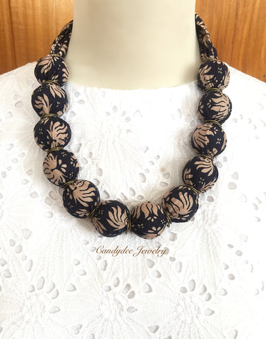 Saras navy Necklace