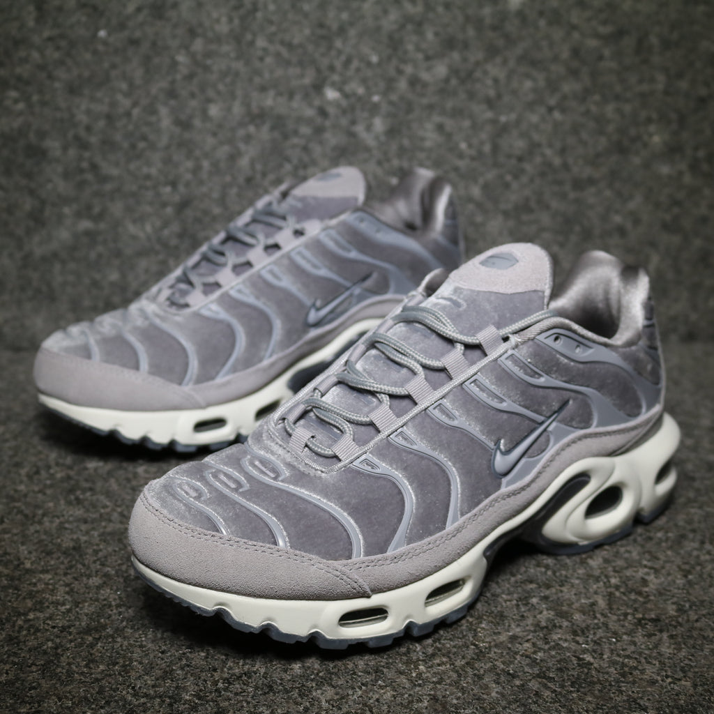 Off Centre Nike Women's Air Max Plus Deluxe Gunsmore Atmosphere Grey