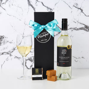 Sidewood White Wine Hamper is a simple yet stylish gift. This hamper comes with a bottle of Sidewood Sauvignon Blanc and a creamy caramel fudge. It is placed in our signature black magnetic box and looks very classy.