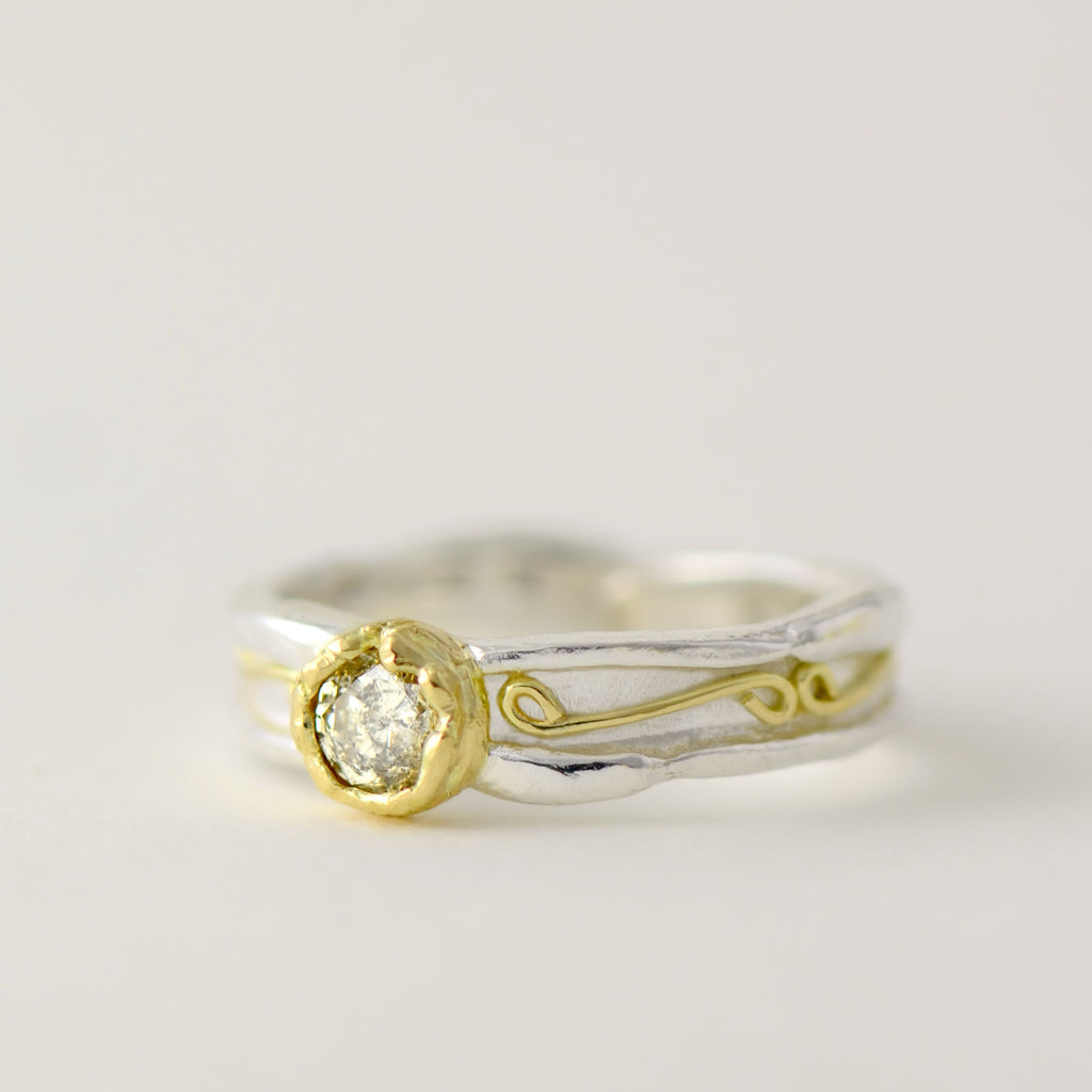 Solitaire patterned ring made in 18ct gold and silver - 5 mm wide with 4.5 mm round gemstone