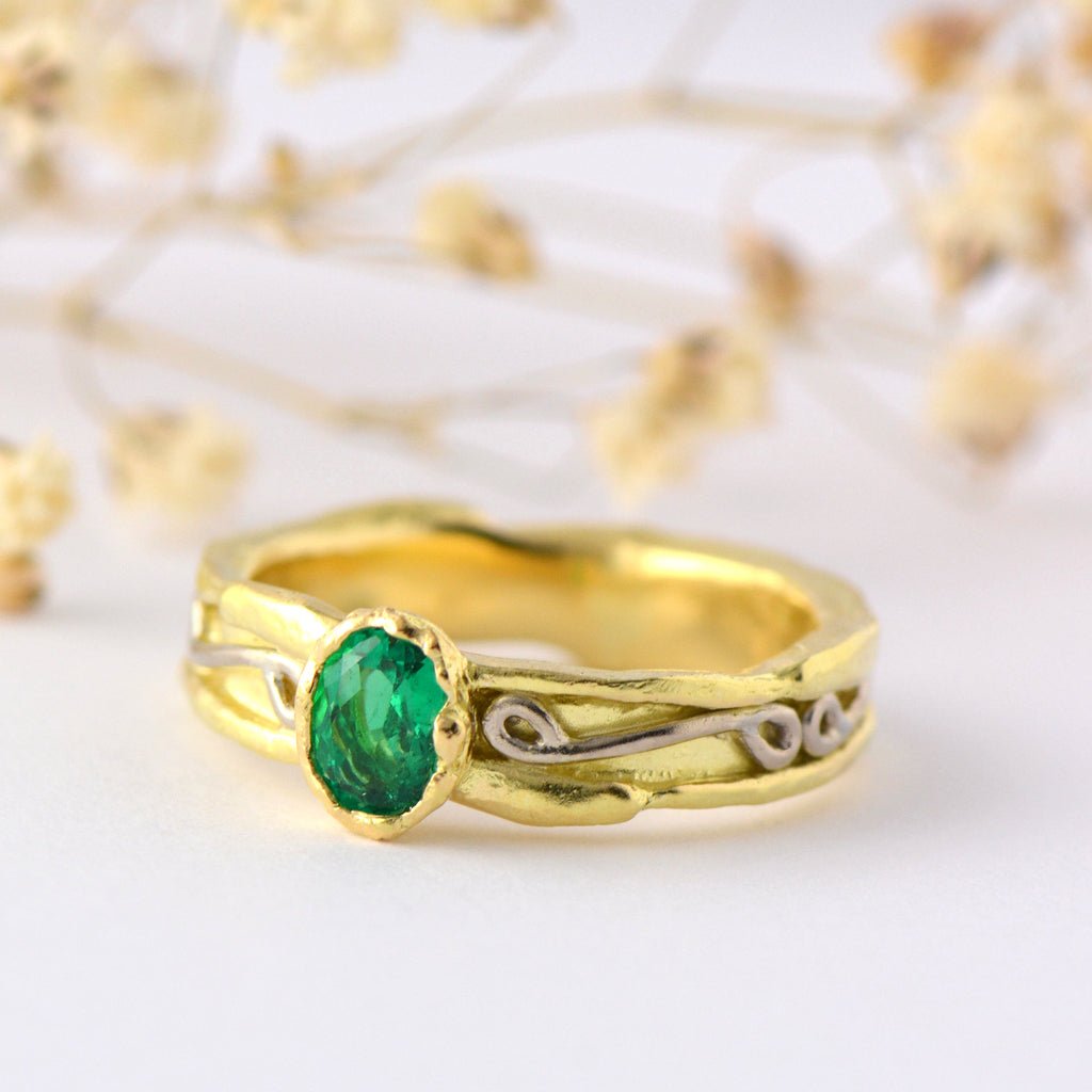 Solitaire emerald gold ring