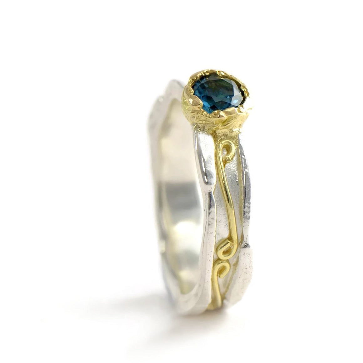 18 ct gold and silver patterned ring, 5 mm wide with 4.5 mm round gemstone